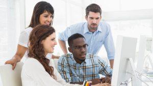 Gruppe vorm Computer